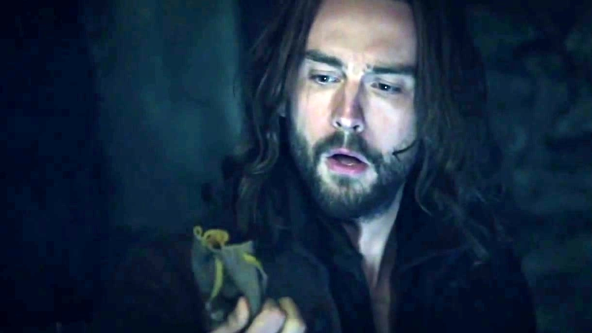Sleepy Hollow: Ichabod Distracts Demons With Camera Flash