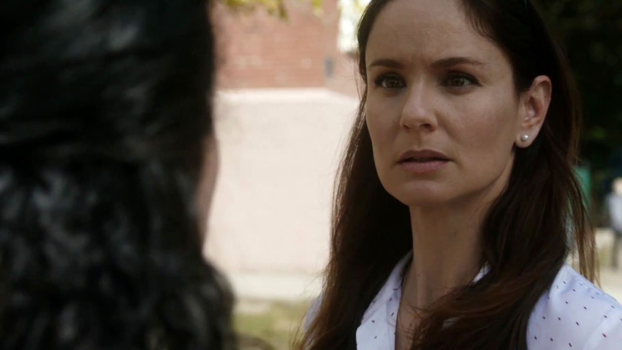 Prison Break: Sara Discovers A Note From Michael