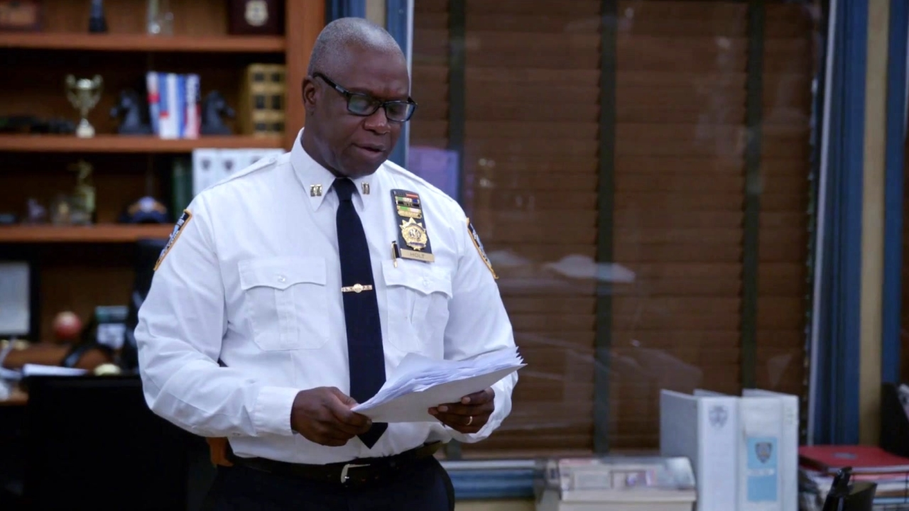 Brooklyn Nine-Nine: Gina Returns To Work After Getting Hit By A Bus