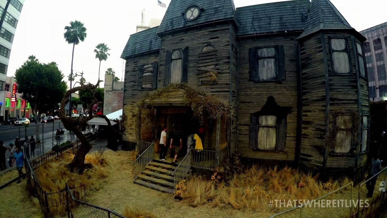 It: The It Experience-Neibolt House (Featurette)