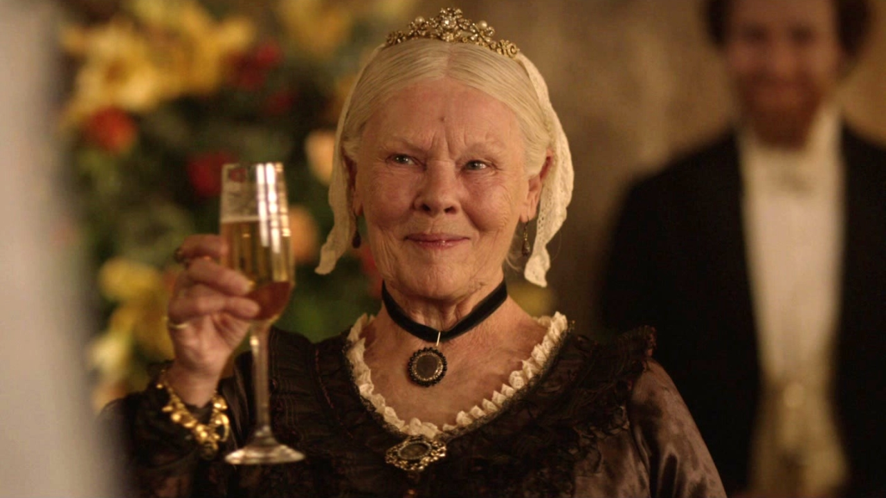 Victoria And Abdul: Queen's Court (Featurette)