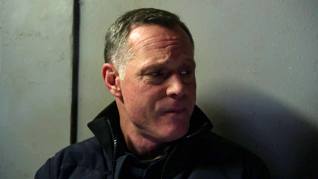 Chicago P.D.: Voight And Price Share A Drink In Ray's Cell