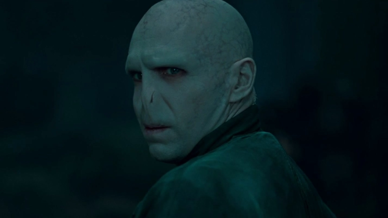 Harry Potter And The Deathly Hallows-Part 1 (Trailer 1)