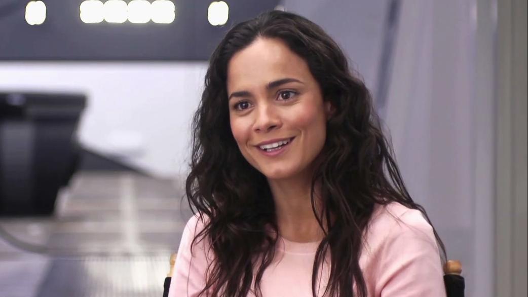 Elysium: Alice Braga On Neill Blomkamp