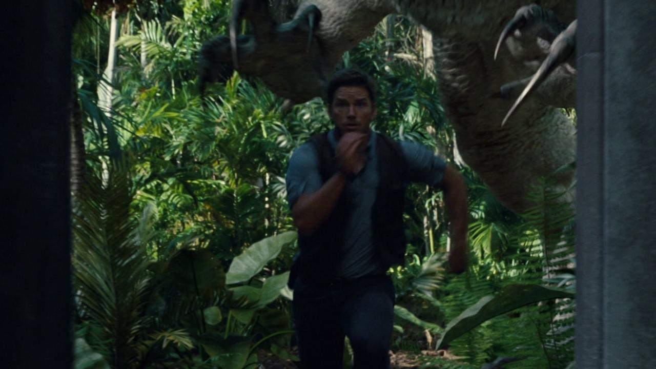 Jurassic World: Owen Escapes The Indominus Rex Paddock
