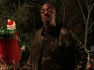 Almost Christmas: Santa Repair (Featurette)