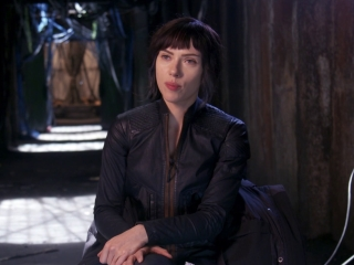 Ghost In The Shell: Scarlett Johansson about Pilou Asbeak (International)