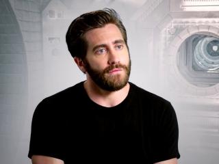 Life: Jake Gyllenhaal working with Ryan Reynolds (International)