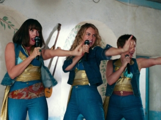 Mamma Mia! Here We Go Again: Donna And The Dynamos Perform 'Mamma Mia'